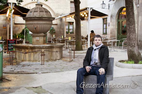 Poble Espanyol'da dinlenirken, Barselona