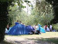 10. Gombamód szaprodnak a sátrak a nulladik napon (fotó Szinek János).JPG