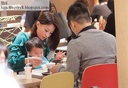 之後去食飯,陳倩揚兒子已懂自行拿著匙羮進食,偶爾才讓媽咪幫手。