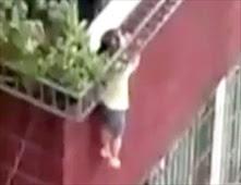 طفل صيني يتدلي من الشرفة