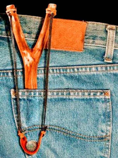 Gomera honda resortera de madera en bolsillo trasero de un jean