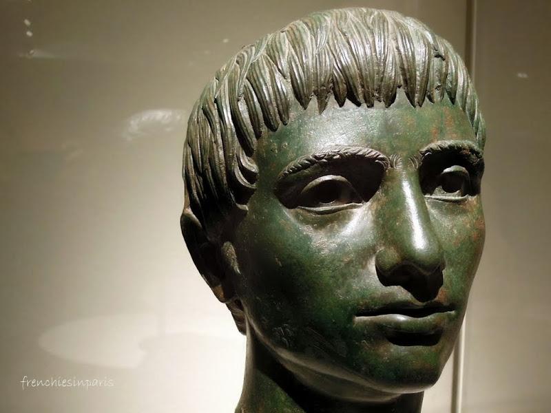 Tête de jeune homme en bronze