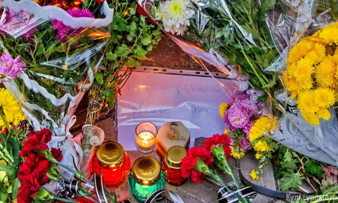 DSC06499-1 Возле одесского Альянс Франсез десятки букетов цветов и зажженные свечи