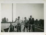 in bici sul ponte - anni 50