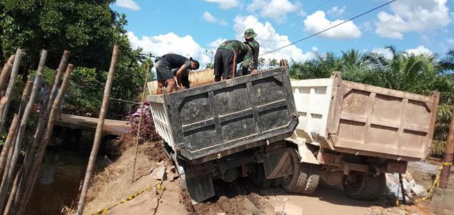 Ban Amblas, Satgas TMMD Kodim 1207 Bantu Dump Truk Pengangkut Material