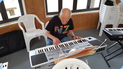 Ron Klingin playing his Korg Pa80.
