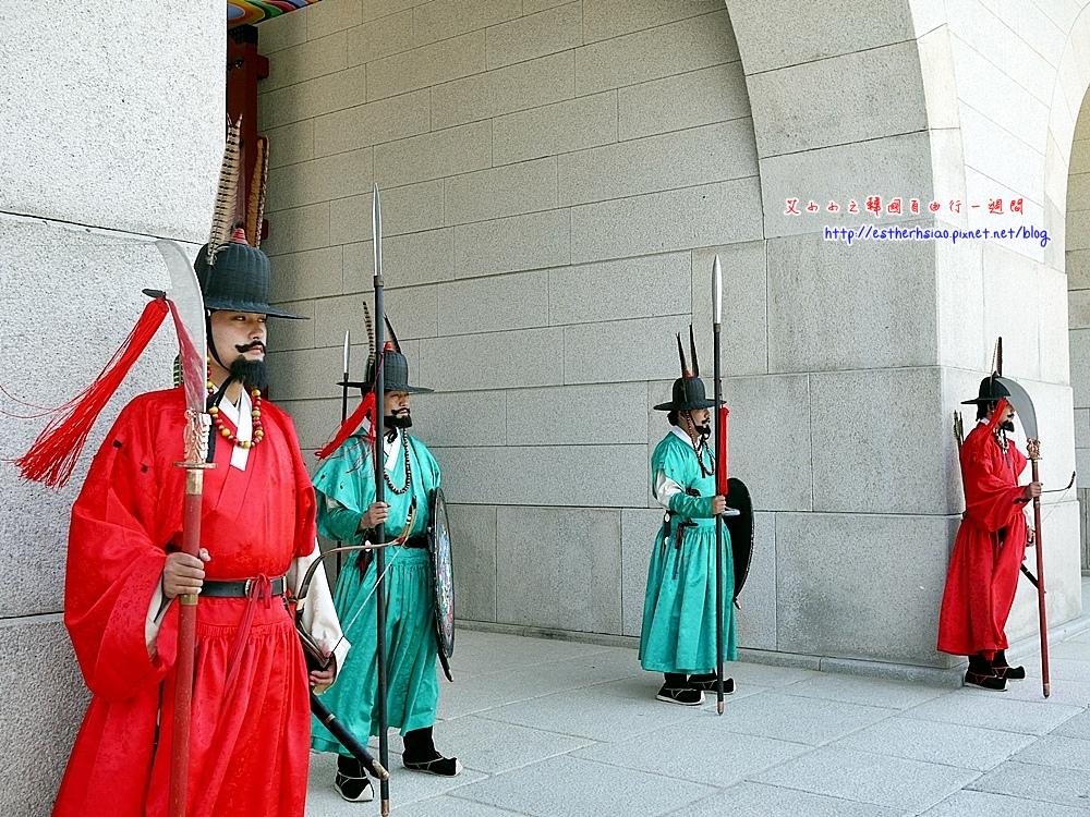 16 雄壯威武的甲士負責護衛宮門