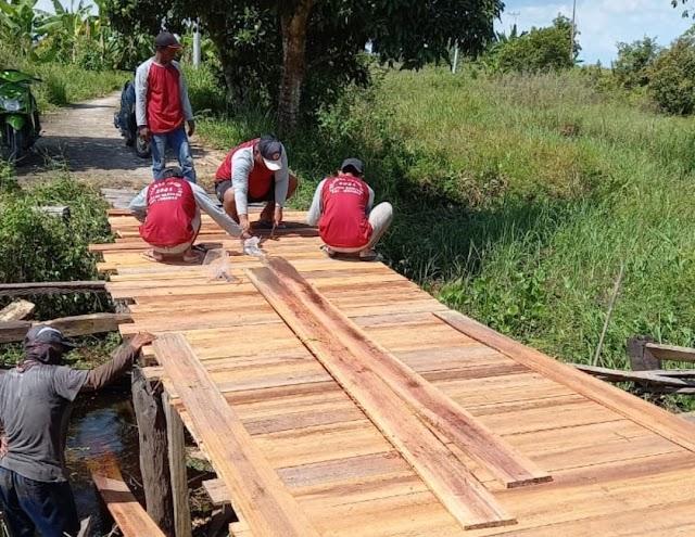 Rusak dan Lapuk, Warga Rantau Bahuang Gotong Royong Perbaiki Jembatan