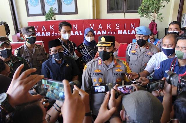 Angkat dan Kibarkan Bendera Merah Putih, Polres Probolinggo Gelar Vaksin Serentak dan Pendistribusian Bansos