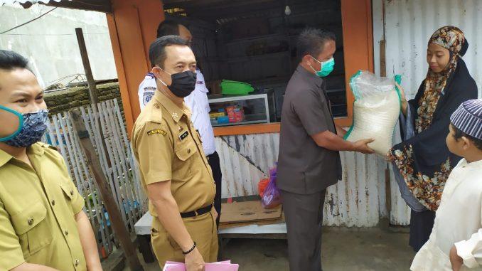Wakil Ketua II DPRD Sinjai Serahkan Bantuan di Kelurahan Balangnipa