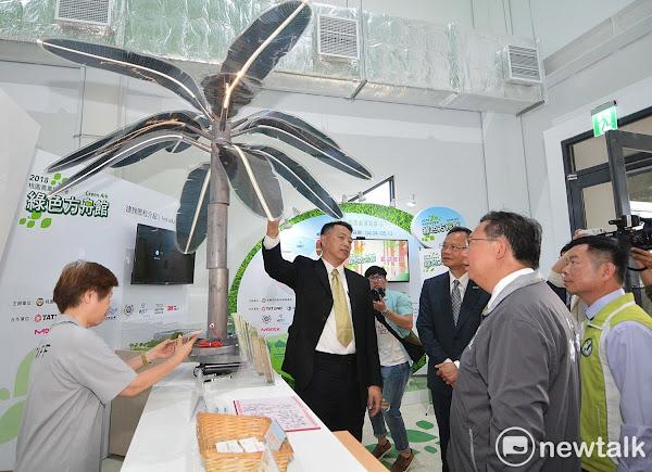 桃園市長鄭文燦參訪桃園農業博覽會綠色方舟館的綠能科技園區。