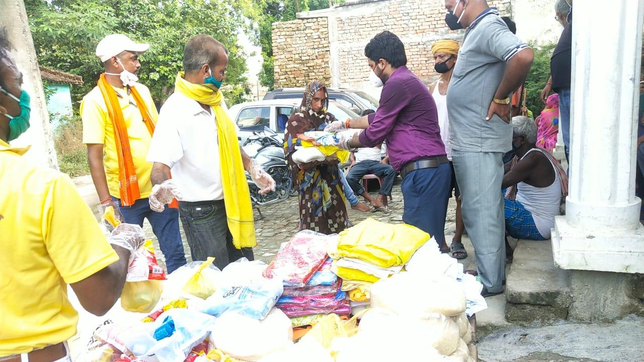 सोनहो में ग़रीब असहाय के बीच ऑल इंडिया रोटी बैंक की टीम ने बाटे राहत सामग्री