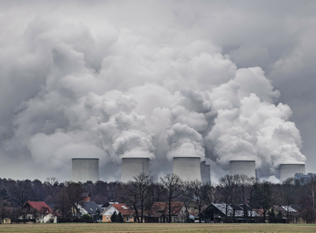 In this 6 January 2019 photo, water vapour rises from the cooling towers of the Joenschwalde lignite-fired power plant of Lausitz Energie Bergbau AG (LEAG) in Brandenburg, Germany. Photo: Patrick Pleul / dpa / AP
