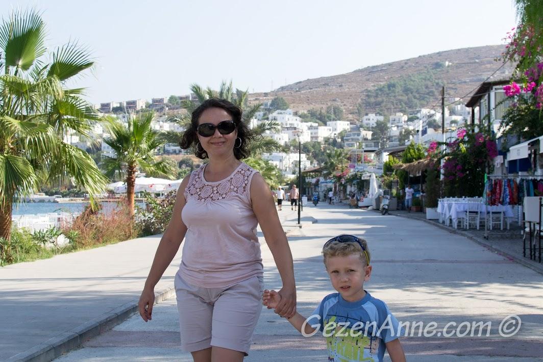 Türkbükü sahilinde dolaşırken