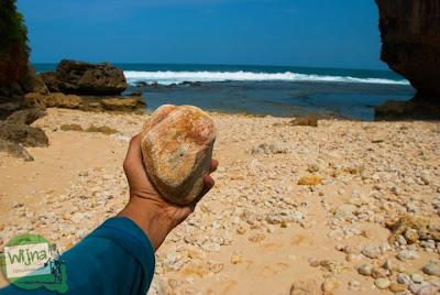 batu-batu purba yang ada di pantai ngunggah, gunungkidul
