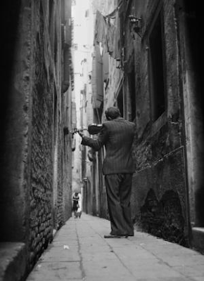 man playing violin on street in Venice 1947