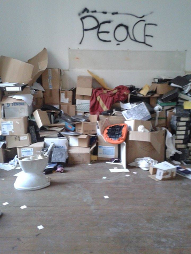 Caixotes amontados numa sala