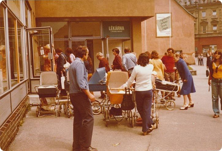 Kø foran tom bagerbutik., Tjekkoslovakiet 1980