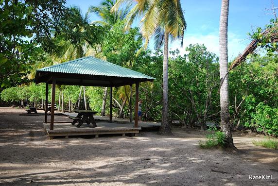 Вход на пляж по удобным деревянным настилам. А от ливня можно укрыться в беседке