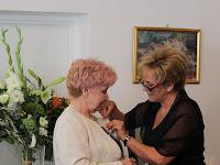 06 A nagykövet feltűzi a kitüntetést Petrécs Anna színművésznek.JPG