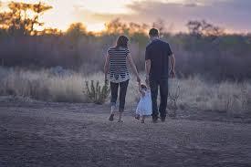 Uma criança com os pais