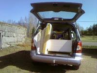 Litet last med möbler som ska till stugan på båt