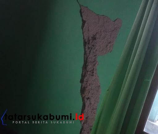Retakan pada dinding rumah warga di kabandungan Sukabumi / Foto : Asep M-Rhe (8/1/2019)