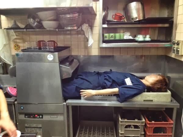 厨房の洗浄機に入った写真を投稿した大学生バイト