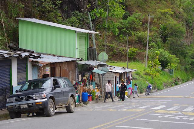 La route du Pacifique à El Limonal, 900 m (Imbabura, Équateur), 3 décembre 2013. Photo : J.-M. Gayman