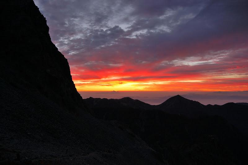 槍ヶ岳山荘前の朝焼け