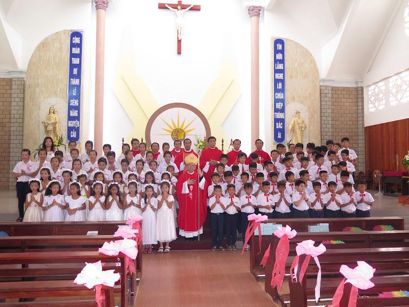 Hình ảnh Đức Giám Mục Giáo phận thăm viếng và ban phép thêm sức tại nhà thờ Bình Chính