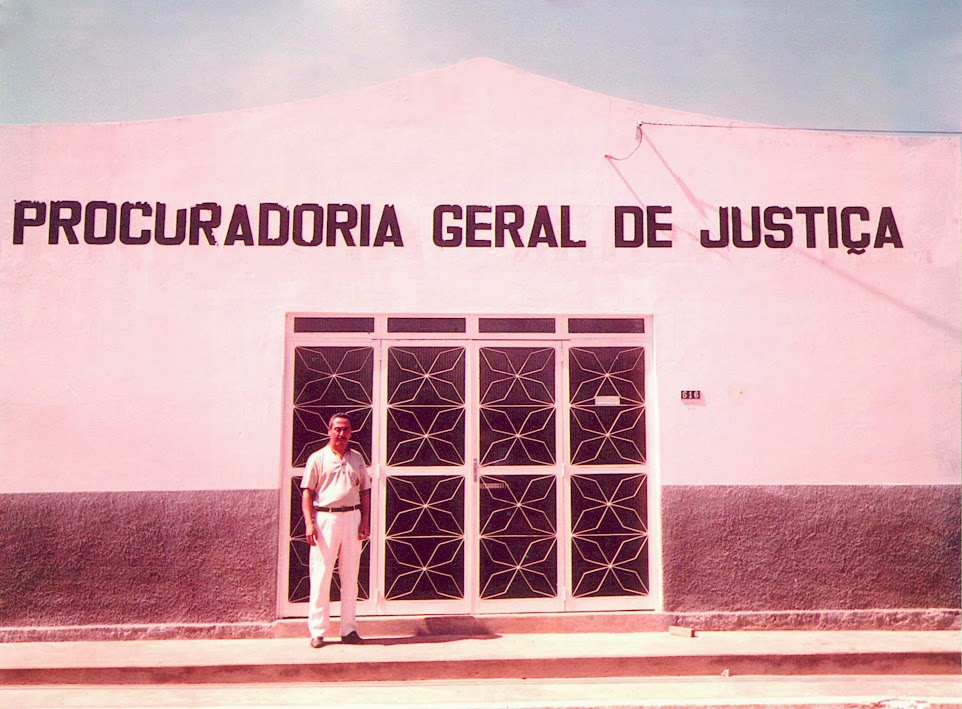 Adão Bonfim em frente a sede da PGJ em Miracema