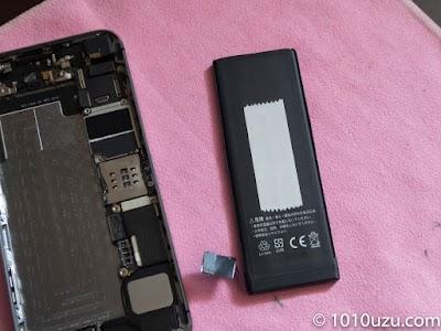 バッテリーに両面テープをつけて貼りつける