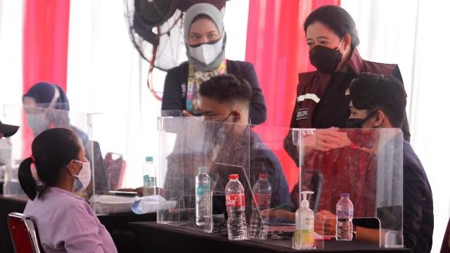 Dengan Sepatu Running dan Rompi, Puan Meninjau Vaksinasi di Penjaringan