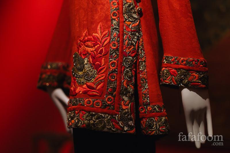 Details of Oscar de la Renta for Pierre Balmain, Evening ensemble: tunic and pants, Autumn/Winter 1999 - 2000.