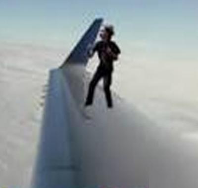 اڑان کیلئے تیار طیارے کے پر کے اوپر ایک شخص کی واک