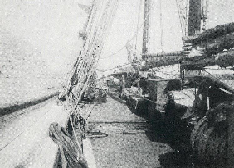 Estupenda foto de la cubierta del Adela Villanueva, seguramente fondeado. Del libro Naufragis a la Mar de L´Ebre.JPG