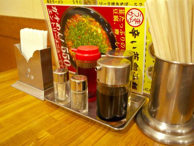 テーブル上の調味料類