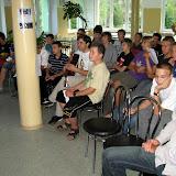 Publiczność (szczególnie Dan, z prawej) patrzy i słucha z uznaniem.