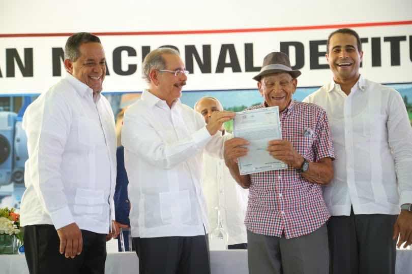 Gobierno de Danilo Medina pone fin a décadas de espera. Entrega 839 títulos definitivos de propiedad a parceleros de Palmar de Ocoa