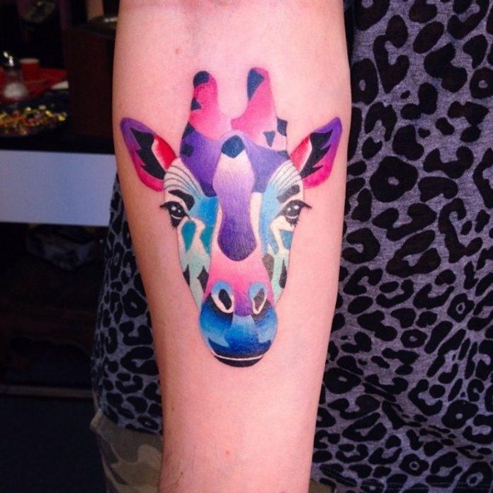 impressionante_aquarela_girafa_antebraço_tatuagem