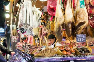 La Boqueria pazarında şarküteri tezgahları, Barselona