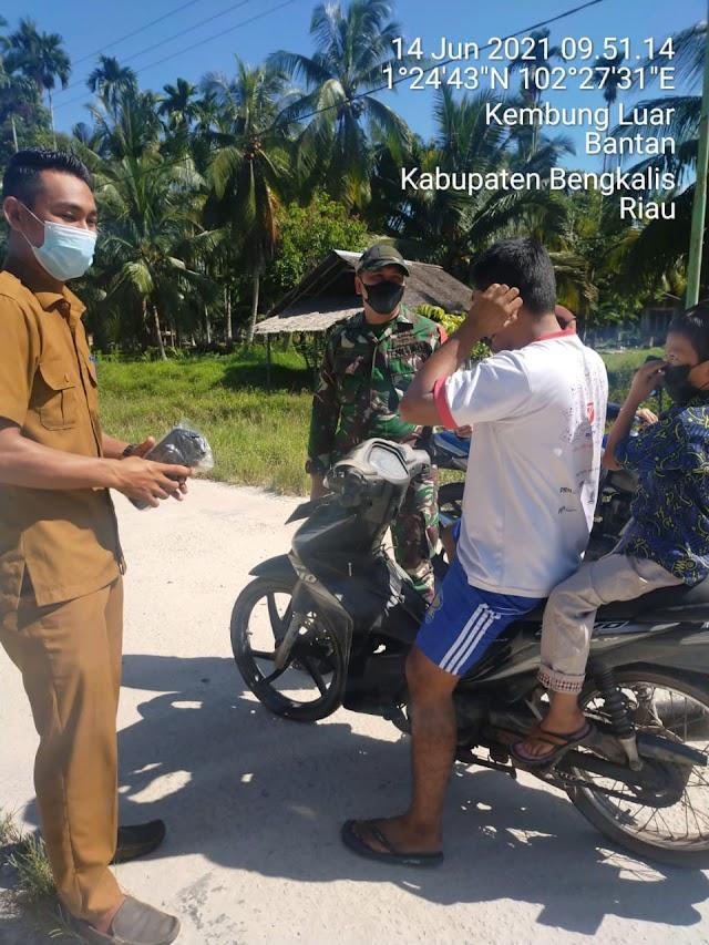 Serda Andi Kesuma Melaksanakan Pembagian Masker di Desa Kembung Luar