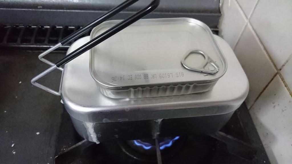 メスティンで炊いているご飯の写真