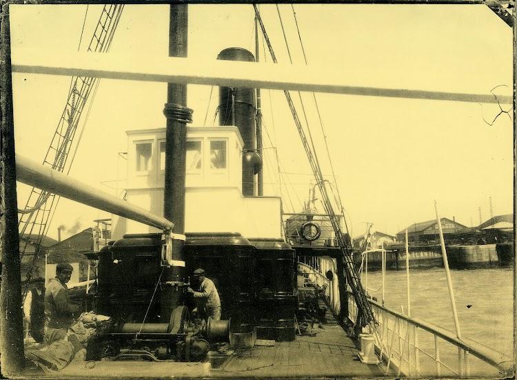 Detalle del puente del buque. Foto del libro La Imagen del Acero. 125 años del Astillero de Puerto Real.jpg