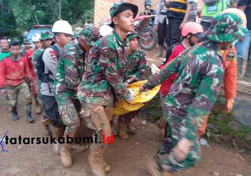 Kantung Mayat keempat dibawa ke Pos Evakuasi / Foto : Isep Panji (3/1/2019)