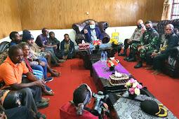 Mathius Fakiri, Iwan Setiawan dan Natali Tabuni Bertemu Keluarga Korban Pendeta Yeremis Zanambani