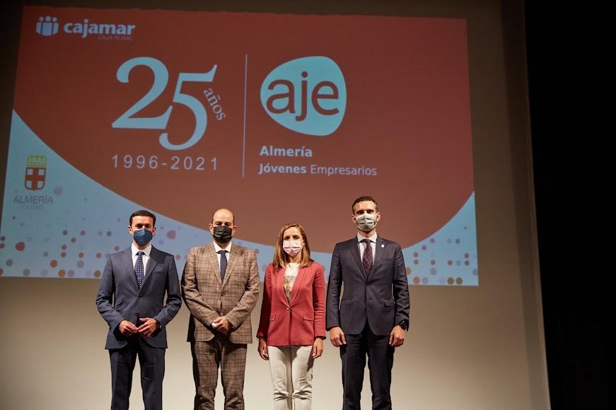 El presidente de la Diputación, el presidente de AJE Almería, la delegada de Gobierno y el alcalde de Almería.