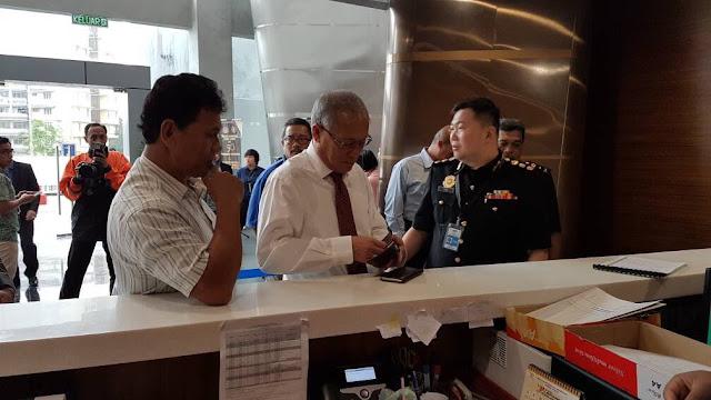 Menteri Sumber Manusia hadir ke Ibu Pejabat @SPRMMalaysia bagi membantu siasatan susulan penahanan Setiausaha Politiknya