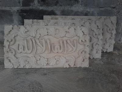Relief kaligrafi ukir batu alam